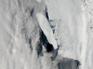 Antarctic Iceberg Breaks Up Ice Sheet