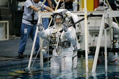 STS-114 Astronaut Soichi Noguchi during NBL/EVA dive