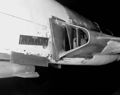 MCDONNELL F-101B AIRPLANE DUCT MODEL WITH DING DONG MISSILE ARMAMENT - CURVED SPLITTER PLATE AND CURVED FENCE