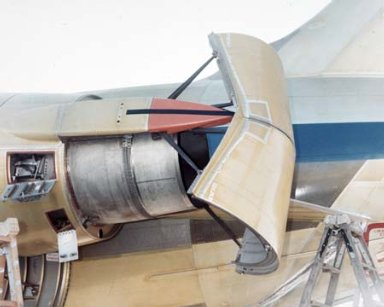 DC-9 AIRPLANE WITH THRUST REVERSER DEPLOYED