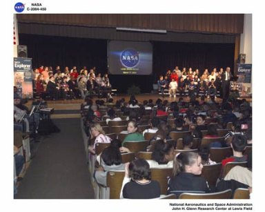 Administrator Sean O'Keefe's visit to Glenn Research Center and the Lorain Middle School's Explorer Program