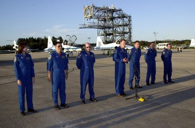 STS-108 and Expedition 4 crew greet media at SLF