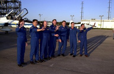 STS-108 and Expedition 4 crew wave to media at SLF