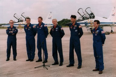 Entire STS-77 Crew at Shuttle Landing Facility