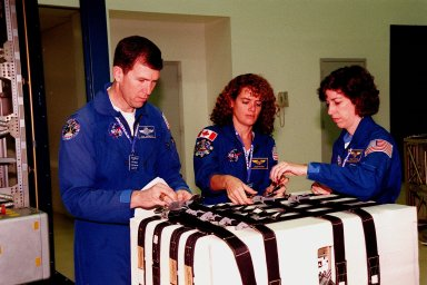 STS-96 crew takes part in payload Interface Verification Test