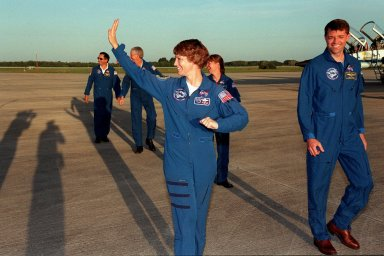 STS-93 crew leaves SLF after arrival for launch
