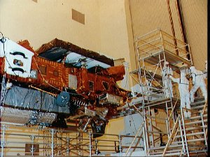 STS-48 Upper Atmosphere Research Satellite (UARS) preflight processing at KSC