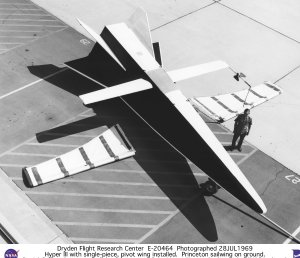 Hyper III on ramp with single-piece pivot wing installed & Princeton sailwing on ground, with Da