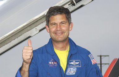 KENNEDY SPACE CENTER, FLA. -- STS-113 Pilot Paul Lockhart gives a thumbs up following his arrival at KSC's Shuttle Landing Facility to prepare for launch. STS-113 is the 16th American assembly flight to the International Space Station. The primary objective of the mission is bringing the Expedition 6 crew to the Station and returning the Expedition 5 crew to Earth. The major task of the mission is delivery of the Port 1 (P1) Integrated Truss Assembly, which will be attached to the port side of the S0 truss. Three spacewalks are planned to install and activate the truss and its associated equipment. Launch of Space Shuttle Endeavour on mission STS-113 is targeted for no earlier than Nov. 22 between 7 and 11 p.m. EST.