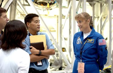 KENNEDY SPACE CENTER, FLA. - STS-115 Mission Specialist Heidemarie Stefanyshyn-Piper talks to workers in the Space Station Processing Facility. She and other crew members are at KSC for hardware familiarization. The mission will deliver the second port truss segment, the P3/P4 Truss, to attach to the first port truss segment, the P1 Truss, as well as deploy solar array sets 2A and 4A.. The crew is scheduled to activate and check out the Solar Alpha Rotary Joint (SARJ) and deploy the P4 Truss radiator.