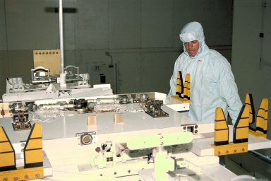 STS-87 Commander Kevin Kregel participates in the Crew Equipment Integration Test (CEIT) in Kennedy Space Center?s (KSC's) Vertical Processing Facility. The CEIT gives astronauts an opportunity to get a hands-on look at the payloads with which they will be working on-orbit. STS-87 will be the fourth United States Microgravity Payload and flight of the Spartan-201 deployable satellite. STS-87 is scheduled for a Nov. 19 liftoff from KSC