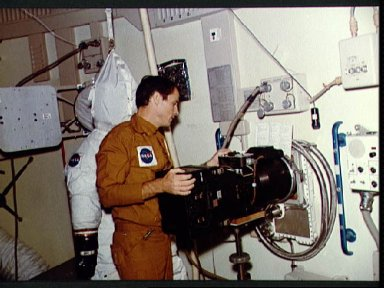 Astronaut Edward Gibson trains with Earth Resources Experiments Package