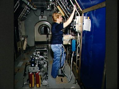 STS-40 Payload Specialist Millie Hughes-Fulford trains in JSC's SLS mockup
