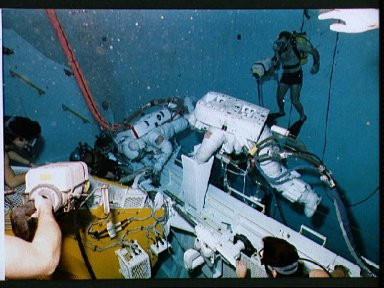 STS-26 crewmembers participate in contingency EVA exercises in JSC WETF