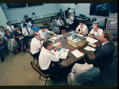 STS-29 crewmembers receive briefing on Student Experiment (SE) 83-9