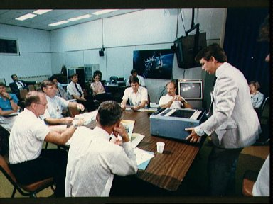STS-29 crewmembers are briefed on Student Experiment (SE) 82-8