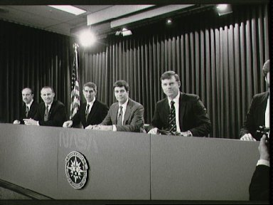 STS-29 crewmembers participate in preflight press conference