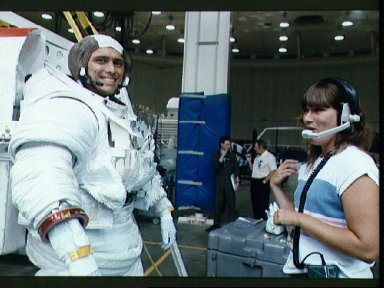 STS-34 Mission Specialist (MS) Chang-Diaz tests CCA prior to WETF exercises