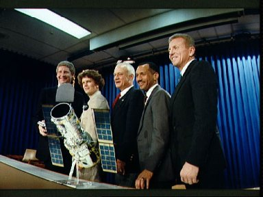 STS-31 crewmembers pose for informal portrait after T-30 briefing at JSC
