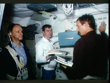 STS-46 crewmembers participate in Fixed Base (FB) SMS training at JSC