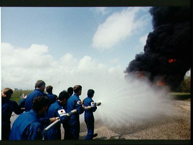 STS-47 crew extinquishes fire during JSC fire fighting exercises