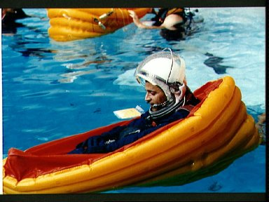 STS-50 Payload Specialist DeLucas floats in life raft during JSC WETF bailout
