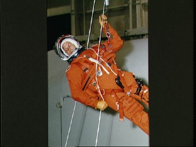 STS-47 MS / PLC Lee uses sky genie during post landing egress training at JSC