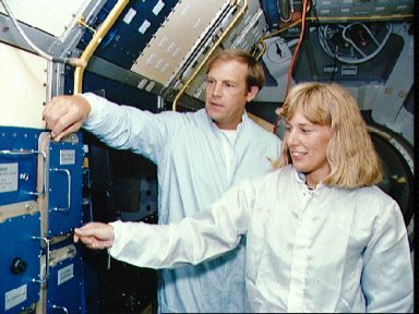 STS-47 MS Davis and MS/PLC Lee inspect SLJ Rack 5 during KSC training