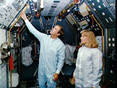STS-47 MS Davis and MS/PLC Lee examine SLJ Rack 10 during KSC inspection