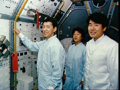 STS-47 Payload Specialist Mohri and Japanese backups pose in SLJ module at KSC
