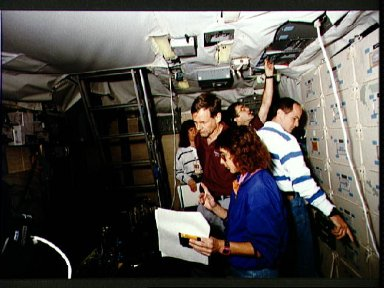 STS-57 crewmembers train in JSC's FB Shuttle Mission Simulator (SMS)