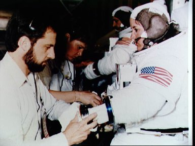 STS-61 crewmembers participate in neutral buoyancy training at MSFC