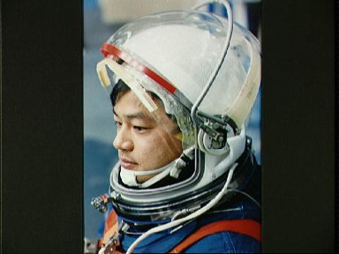 STS-65 Mission Specialist Chiao in LES at pre-test WETF bailout briefing