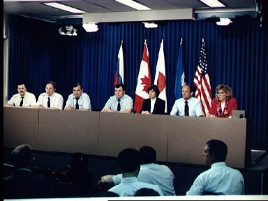 STS-71 astronauts and cosmonauts answer questions from the press