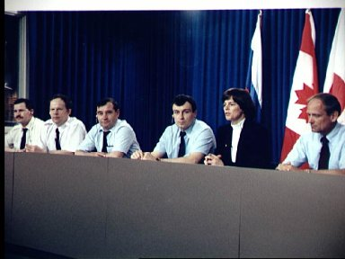 STS-71 Cosmonaut and Astronauts meet the press