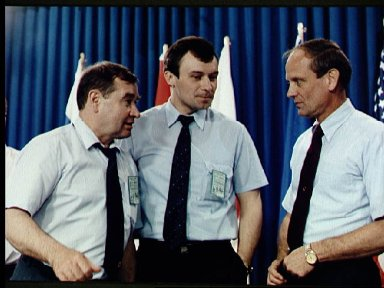 Astronaut Thagard and fellow Mir 18 crewmembers chat at JSC