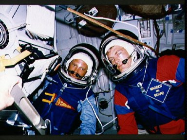 STS-30 crewmembers Thagard and Lee during onboard cabin depressurization test