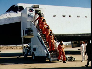 STS-31 crew egresses Discovery, OV-103, via stairway after EAFB landing
