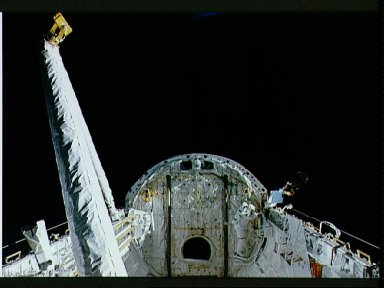 STS-37 crewmembers perform EVA operations in Atlantis', OV-104's, payload bay