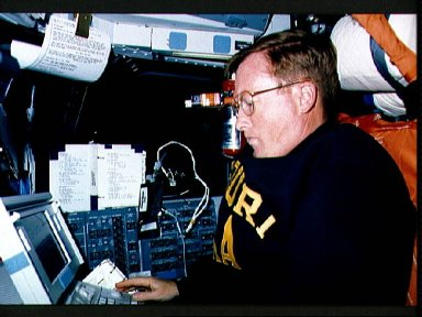 STS-41 Commander Richards uses DTO 1206 portable computer onboard OV-103
