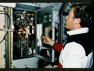STS-47 MS / PLC Lee conducts SLJ experiment M20 using the image furnace