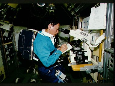STS-47 PS Mohri uses Spacelab Japan microscope to study cells aboard OV-105