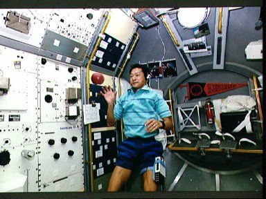 STS-47 Payload Specialist Mohri tosses an apple during SLJ demonstration