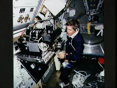 STS-55 German Payload Specialist Walter at the SL-D2 Fluid Physics Module