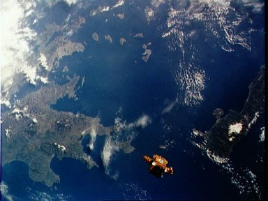 STS-56 view of freeflying SPARTAN-201 backdropped over the Mediterranean Sea