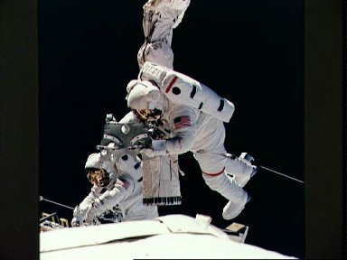 STS-57 astronauts Low and Wisoff perform DTO 1210 EVA in OV-105's payload bay