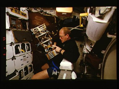 Astronaut Sam Gemar works with Middeck O-Gravity Dynamics Experiment (MODE)