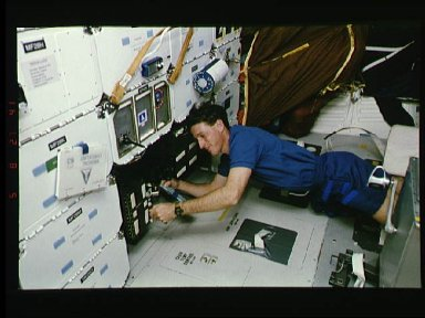 Astronaut Michael Foale checks on SSCE on middeck