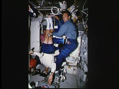 Astronaut Mark Linenger measures height of Astronaut Mark Lee during DSO