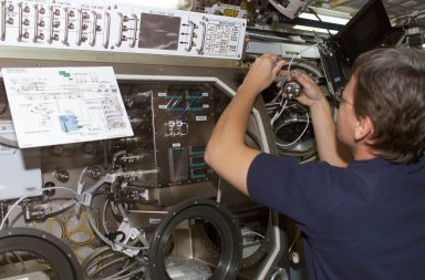 Astronaut Peggy Whitson Installs SUBSA Experiment